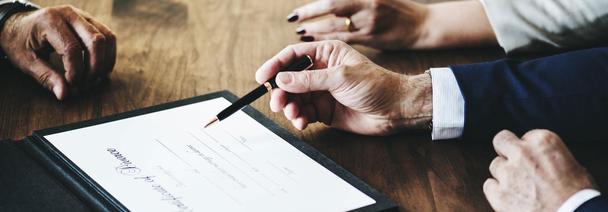 mennesker underskriver en kontrakt
