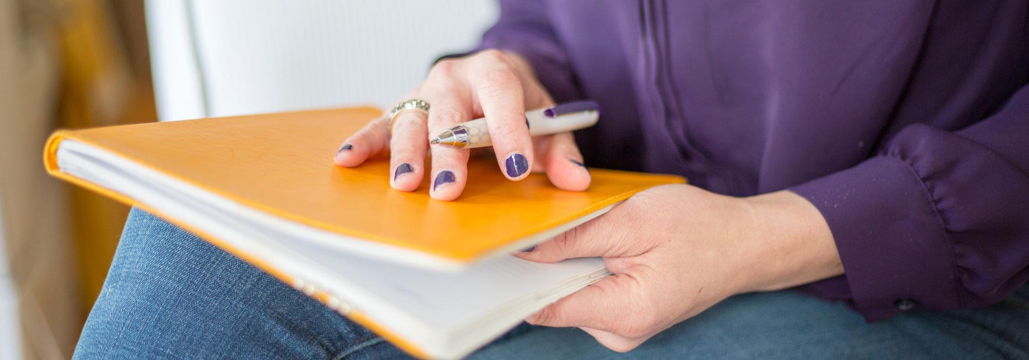 person sidder klar til at skrive
