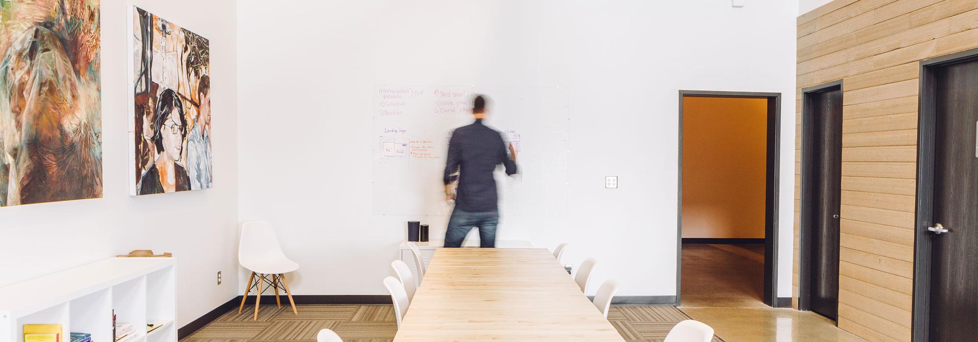 Leder står alene ved en tavle